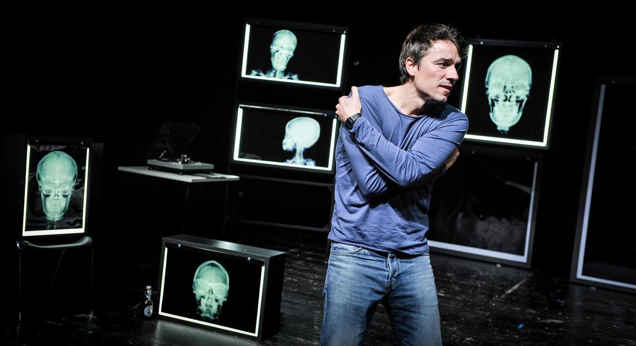 """Alexander Khuon in """"Vater"""" – Foto: Arno Declair"""
